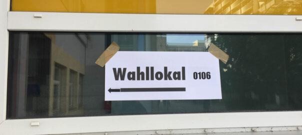 """Fenster mit Schild """"Wahllokal""""."""